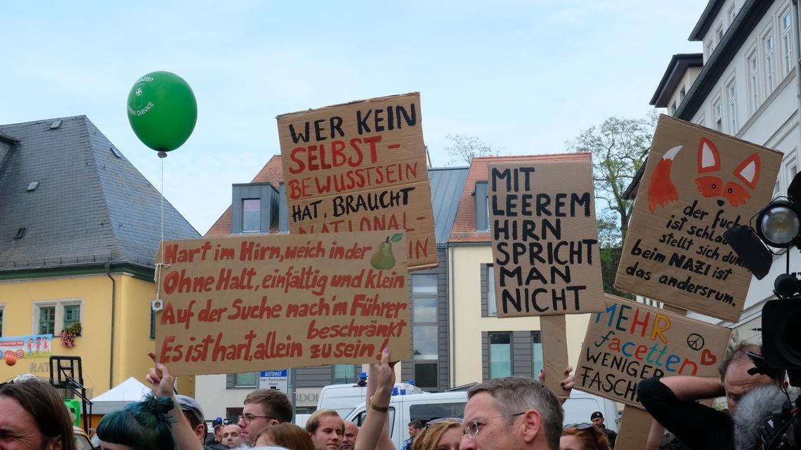 """Etwa 500 Gegendemonstranten kamen auf den Marktplatz. Die Demo wurde von Max gemeinsam mit dem Bündnis """"Buntes Weimarer Land"""" organisiert."""