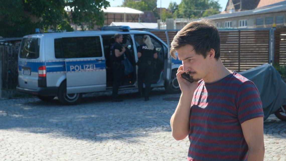 Das Telefon ist Max' ständiger Begleiter.