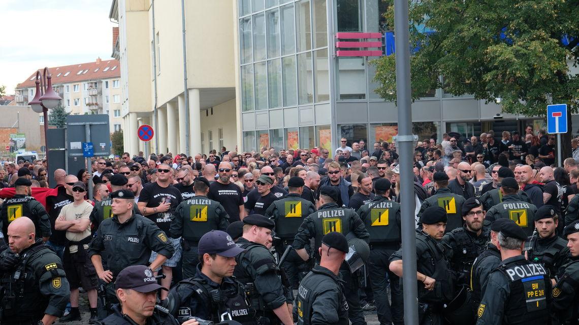 Etwa 700 Rechtsextreme waren zum Konzert nach Apolda gekommen. Am Samstagabend eskalierte die Lage, Rechte warfen Steine und Flaschen nach Polizisten.