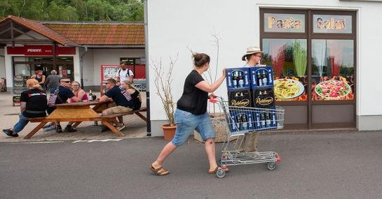Bürger*innen kaufen Nazis das Bier weg