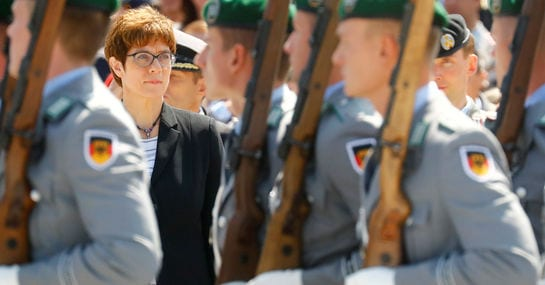 So reagiert das Netz auf Deutschlands neue Verteidigungsministerin