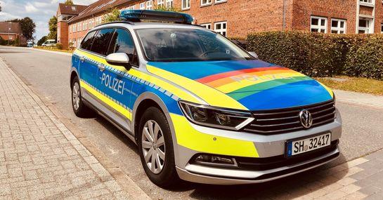 Lübecker Polizei feiert mit Regenbogen-Streifenwagen auf dem CSD