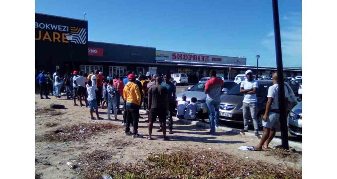 suedafrika galerie khayelitsha supermarktschlange
