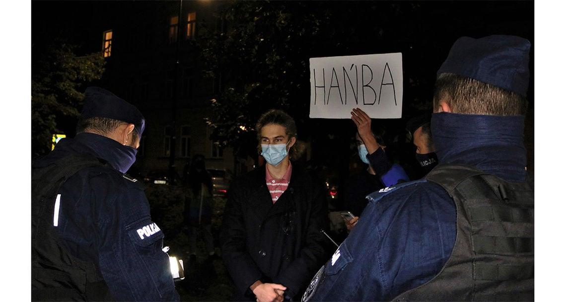 reportage proteste abtreibungsverbot polen galerie 9 demonstrant wird von polizei nach personalien gefragt